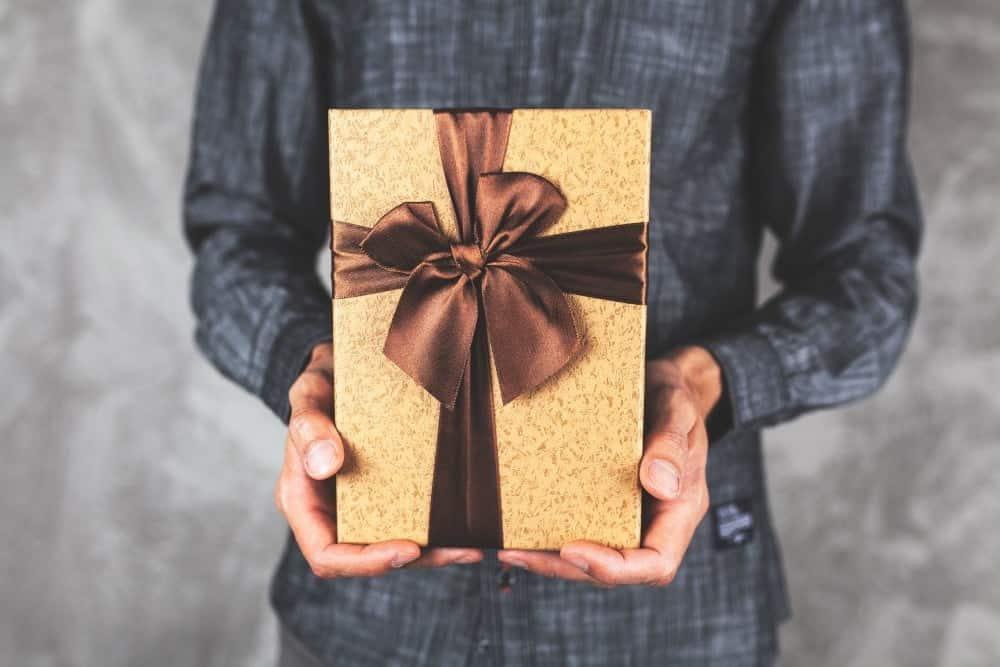 Mand der holder gave