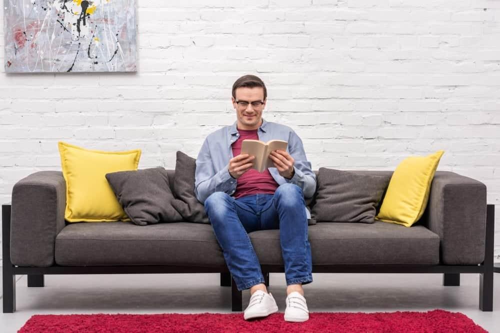 Mand der læser en bog