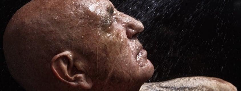 Ældre mand der vasker sig
