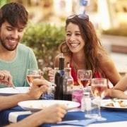 Venner der spiser sammen på restaurant