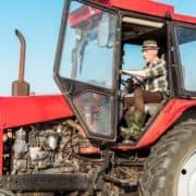 Mand i en rød traktor