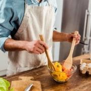 Mand i køkkenet