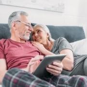 Seniorpar med tablet