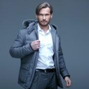 Mand med grå jakke